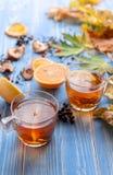 Il ` s della ragazza passa innestare una tazza di tè caldo concezione di autunno Casa Fotografia Stock