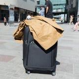 Il ` s delle donne e della valigia a ruote il grande nero maschera la condizione sul pavimento in aeroporto Il colore ha tonifica fotografie stock libere da diritti