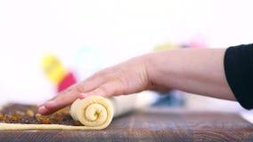 Il ` s delle donne passa a forma un rotolo di pasta Cioccolato, frutta candita e pasta stock footage
