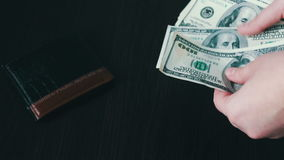 Il ` s delle donne passa la tenuta del fan di cento banconote in dollari e conteggi video d archivio