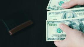 Il ` s delle donne passa la tenuta del fan di cento banconote in dollari e conteggi archivi video