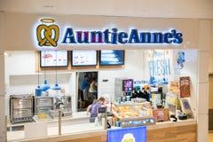 Il ` s di Auntie Anne è ciambellina salata e limonata originali immagine stock libera da diritti
