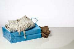 Il sacchetto della spesa con i panni sull'vendite ricambia Fotografie Stock