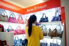 Il sacchetto di cuoio di sceglie e compra Immagine Stock