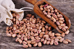 Il sacco dei fagioli della miscela rovescia i fagioli con i fagioli sulla tavola di legno Fotografia Stock Libera da Diritti