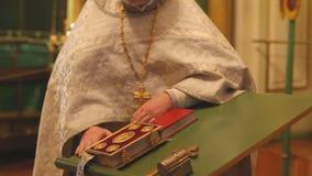 Il sacerdote nella chiesa una preghiera in st Nicholas Cathedral archivi video