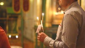 Il sacerdote nella chiesa una preghiera in st Nicholas Cathedral video d archivio