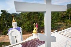 Il sacerdote ortodosso rinfresca gli incroci sulle cupole della chiesa Fotografia Stock Libera da Diritti
