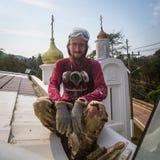 Il sacerdote ortodosso rinfresca gli incroci sulle cupole della chiesa Fotografie Stock