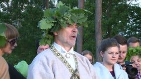 Il sacerdote pagano prega con la gente video d archivio