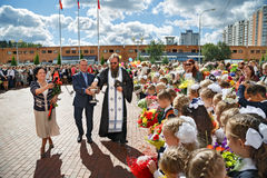 Il sacerdote spruzza la folla con acqua santa Balashikha, Russia Fotografia Stock