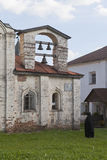 Il sacerdote suona le campane della chiesa Euphemia dell'ospedale del grande nel monastero di Kirillo-Belozersky immagini stock libere da diritti