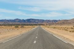 Il Sahara, Marocco: viaggio stradale I giri della jeep sul deserto sono attrazione turistica molto popolare fotografia stock libera da diritti