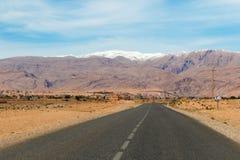 Il Sahara, Marocco: viaggio stradale I giri della jeep sul deserto sono attrazione turistica molto popolare immagine stock libera da diritti
