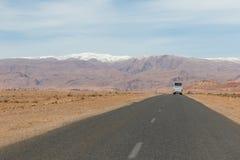 Il Sahara, Marocco: viaggio stradale I giri della jeep sul deserto sono attrazione turistica molto popolare immagini stock libere da diritti