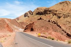 Il Sahara, Marocco: viaggio stradale I giri della jeep sul deserto sono attrazione turistica molto popolare immagine stock