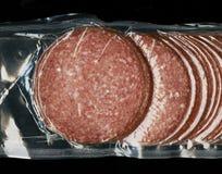 Il salame finlandese della salsiccia ha affettato intorno alle fette nell'imballaggio di plastica fotografia stock libera da diritti