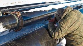 Il saldatore esegue la conduttura della saldatura negli stati dell'inverno Fotografia Stock