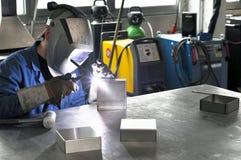 Il saldatore funziona in una società di costruzioni del metallo fotografie stock libere da diritti