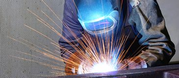Il saldatore funziona in una società industriale - produzione dei comp. dell'acciaio Fotografie Stock