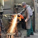 Il saldatore funziona in una società industriale - produzione delle componenti d'acciaio fotografia stock