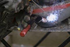 Il saldatore salda i tubi per l'installazione del gas Fotografie Stock