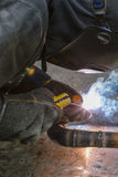 Il saldatore salda i tubi per l'installazione del gas Immagine Stock Libera da Diritti