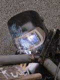 Il saldatore salda i tubi per l'installazione del gas Fotografie Stock Libere da Diritti