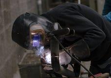 Il saldatore salda i tubi per l'installazione del gas Immagini Stock Libere da Diritti