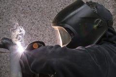 Il saldatore salda i tubi per l'installazione del gas Immagine Stock