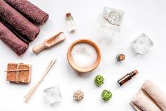 Il sale e l'aroma del bagno lubrificano per la stazione termale sulla vista superiore del fondo bianco Immagini Stock Libere da Diritti