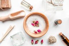 Il sale e l'aroma del bagno lubrificano per la stazione termale sulla vista superiore del fondo bianco Fotografia Stock Libera da Diritti