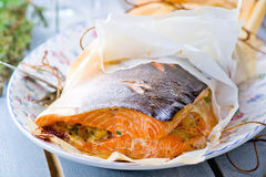 Il salmone al forno in pergamena Immagini Stock