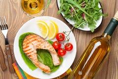 Il salmone arrostito e il whtie wine sulla tavola di legno Immagini Stock Libere da Diritti