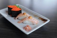 Il salmone ha grigliato i sushi di nigiri ed i sushi di Maki con uovo di pesce del pesce volante, alimento giapponese Fotografia Stock Libera da Diritti