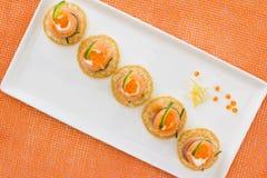 Il salmone rotola con formaggio, il caviale ed il cetriolo Immagini Stock