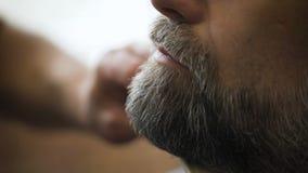 Il salone di capelli alla moda, il barbiere Empozantny ha impegnato l'uomo d'affari rispettabile della barba