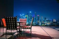 Il salone e si rilassa l'angolo sulla cima del tetto dell'hotel a Singapore Immagini Stock Libere da Diritti