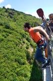 Il saltatore dell'ammortizzatore ausiliario salta da un ponte d'altezza 230 piedi Immagine Stock