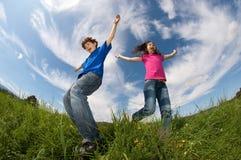 Il salto dei bambini esterno Immagini Stock