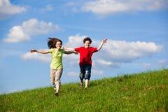 Il salto dei bambini esterno Immagine Stock