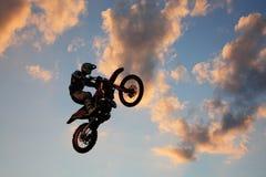 Il salto dei motociclisti fotografia stock