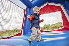 Il salto del ragazzo Fotografie Stock
