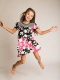 Il salto della bambina della gioia Fotografie Stock