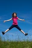 Il salto della ragazza esterno Immagine Stock Libera da Diritti