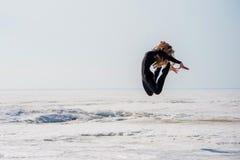 Il salto e le flessioni della ragazza indietro Fotografie Stock