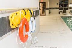 Il salvagente ed il salvataggio suonano l'attaccatura sulla parete dalla piscina Immagini Stock Libere da Diritti
