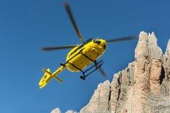 Il salvataggio medico di volo dell'elicottero di salvataggio ha danneggiato lo scalatore su Tre Cime L'Italia, dolomia Fotografie Stock Libere da Diritti