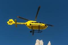 Il salvataggio medico di volo dell'elicottero di salvataggio ha danneggiato lo scalatore su Tre Cime L'Italia, dolomia Fotografia Stock