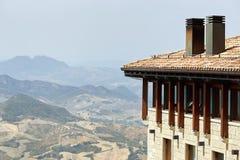 Il San Marino, San Marino - 10 luglio 2017: Vista dalla cima della vista sulle case con i tetti rossi Fotografia Stock Libera da Diritti